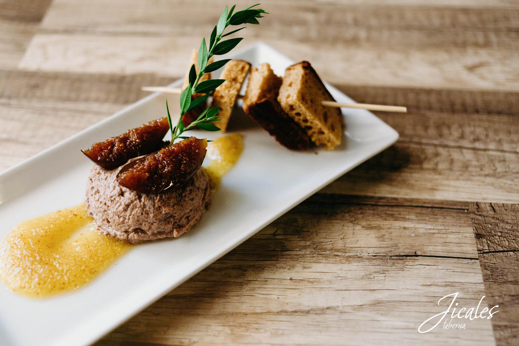 Paté de perdiz con higos caramelizados, mermelada de higos y pan con especies