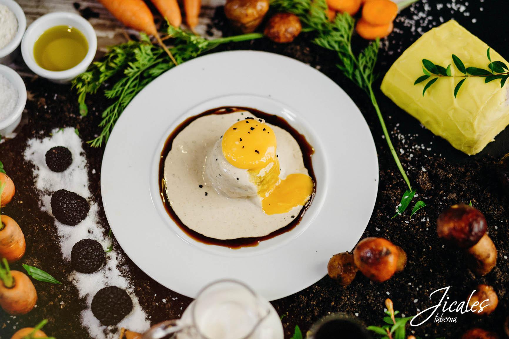Huevo a baja temperatura sobre Bizcocho de boletus y zanahoria con salsa de boletus y trufa